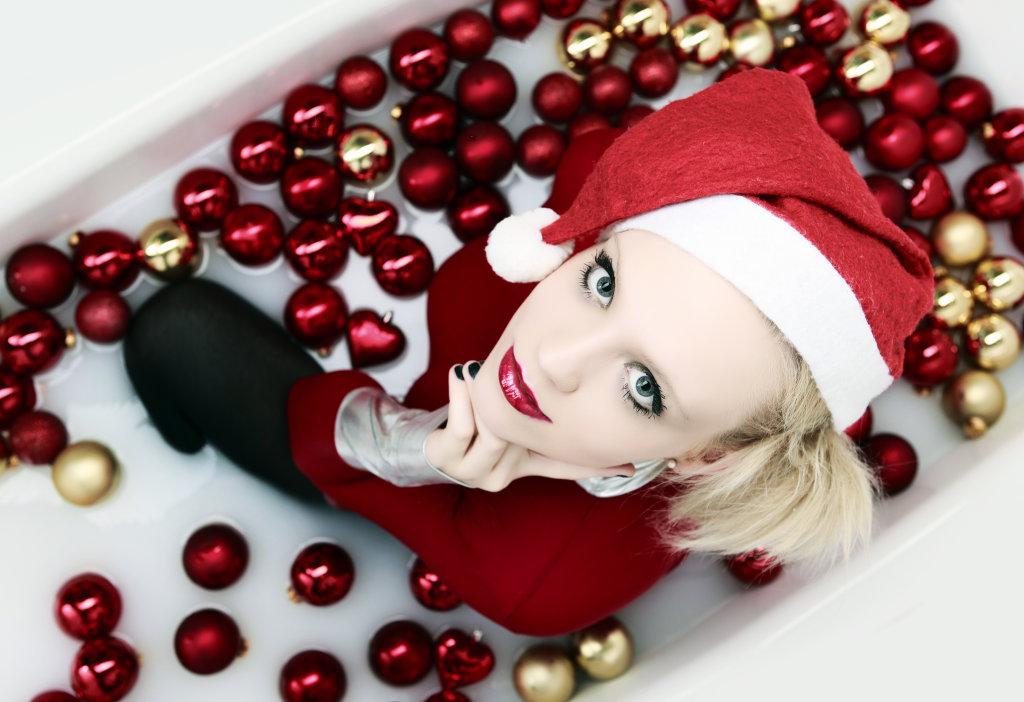 Frau mit Weihnachtsdeko