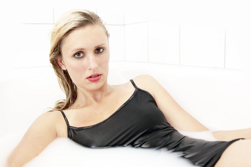 Frau nimmt ein Milchbad