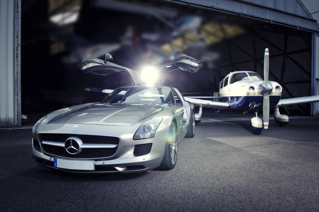 Mercedes vor Hangar
