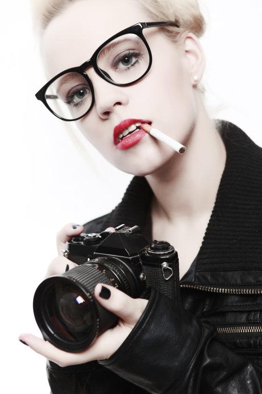 Frau mit Kamera und Nerdbrille