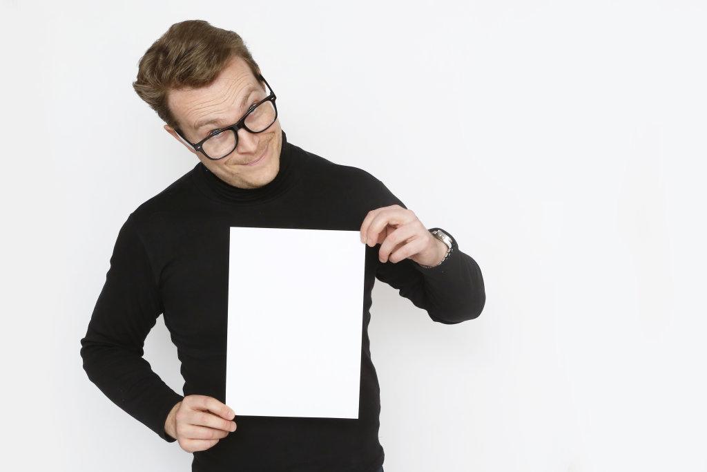 Mann mit Zettel