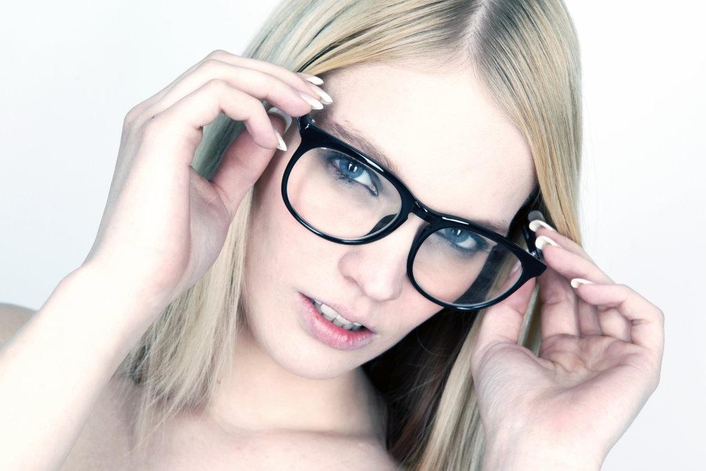 Model mit Nerdbrille