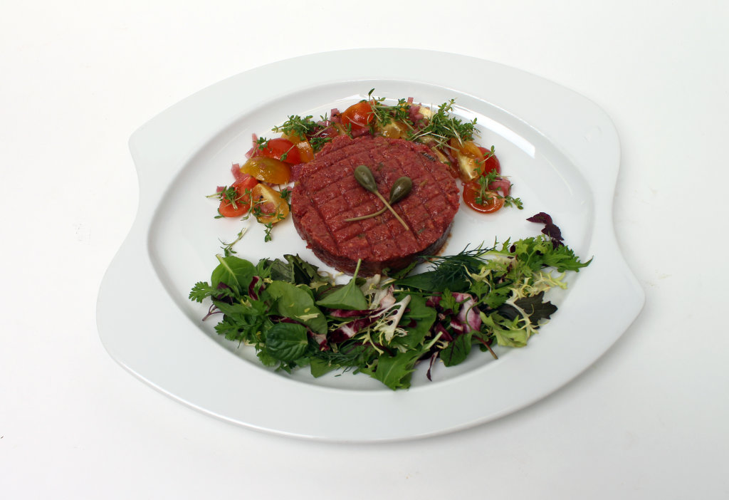 Mett mit Oliven und Salat