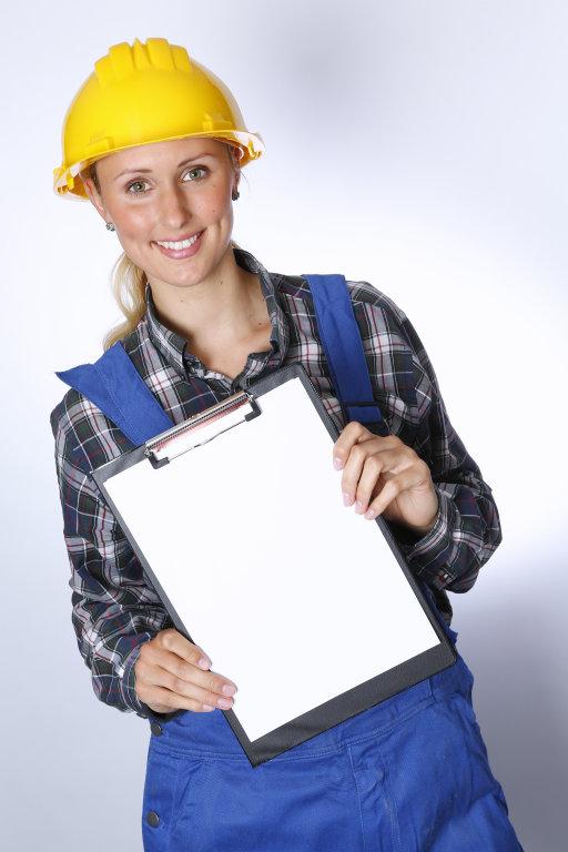 Bauarbeiter mit Klemmbrett
