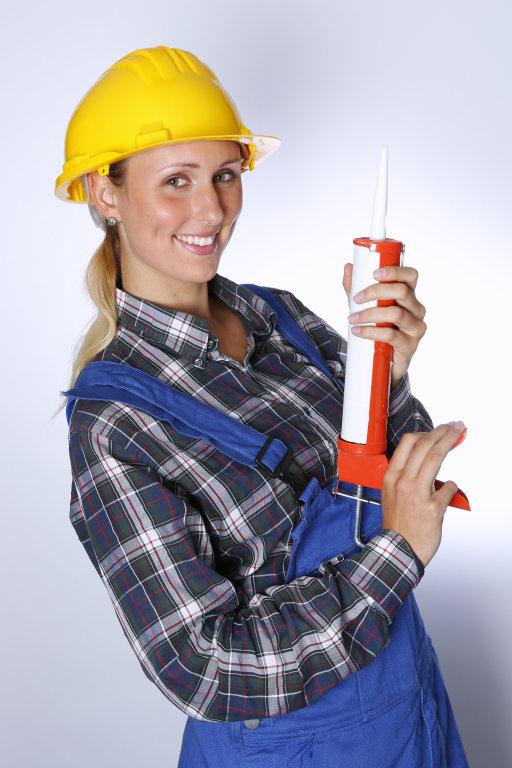 Bauarbeiter mit Silikonspritze