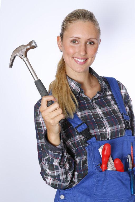 Handwerker mit Zimmermannshammer