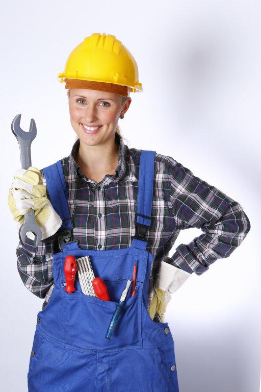 Bauarbeiter mit Handschuh und Maulschlüssel