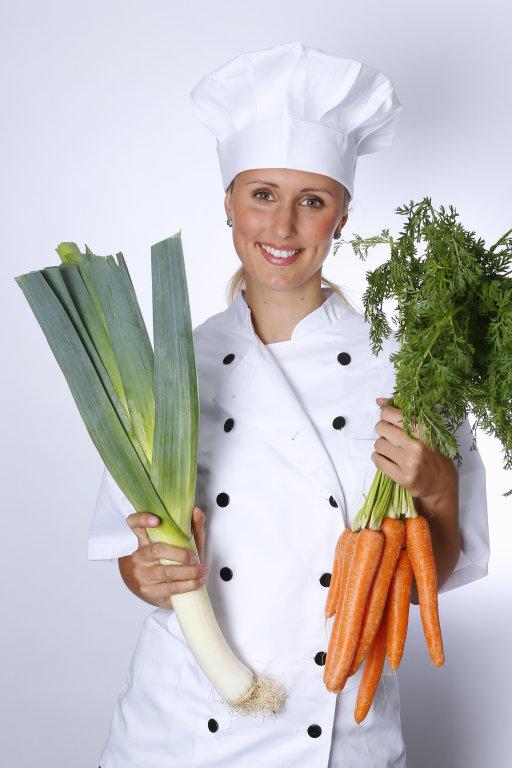 Köchin mit Porree und Möhren