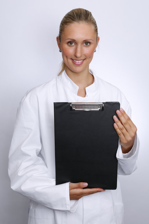 Ärztin mit Klemmbrett