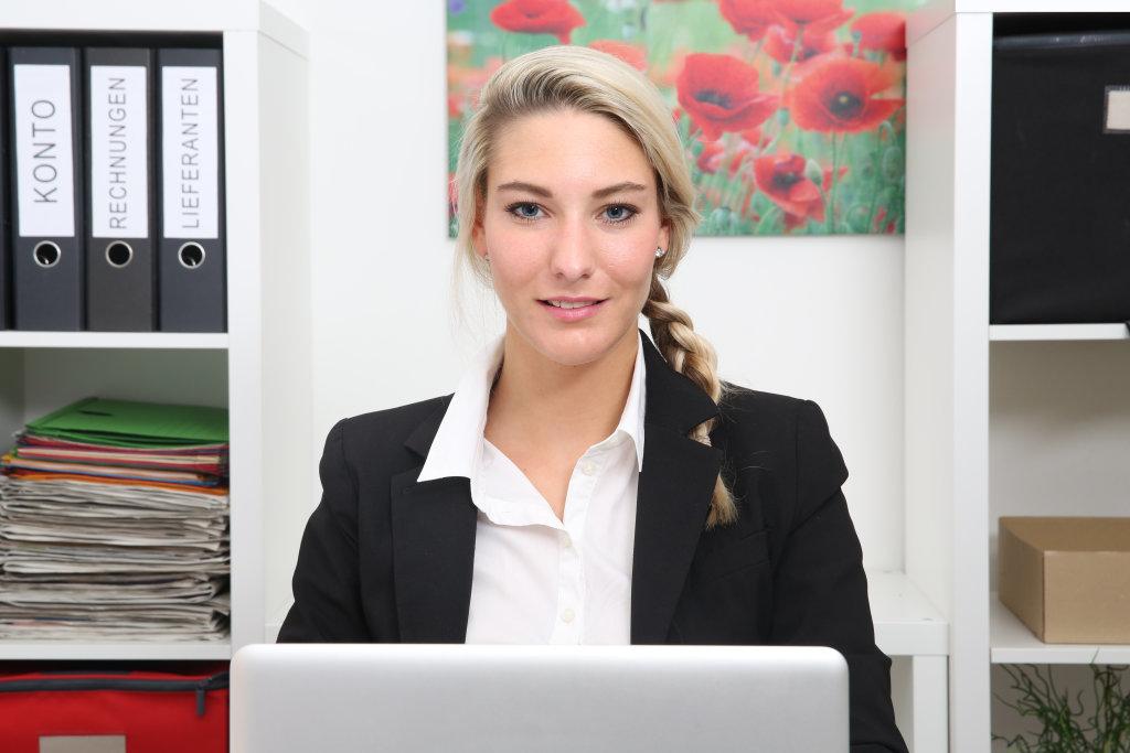 Frau im Büro mit Notebook