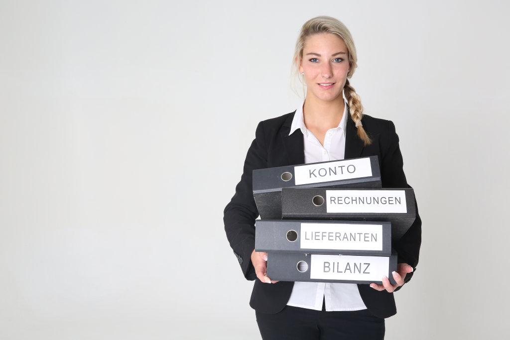 Business Frau mit Aktenordnern