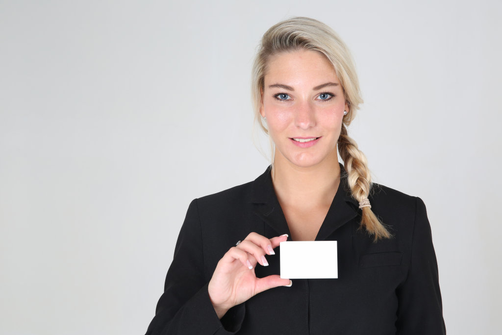 Business Frau mit Visitenkarte