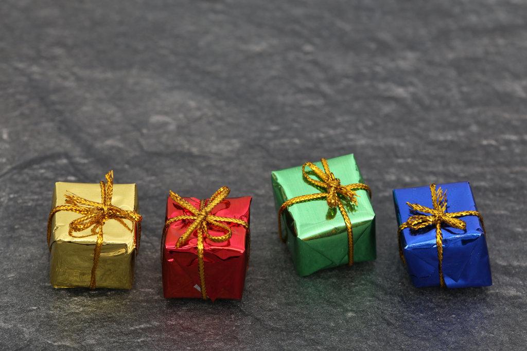 bunte Geschenke auf Steinplatte