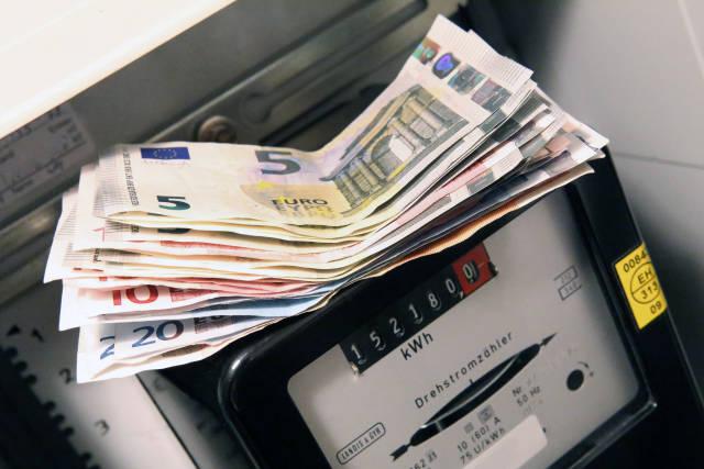 Stromzähler mit Geld