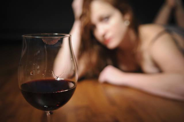 Rotweinglas mit Frau