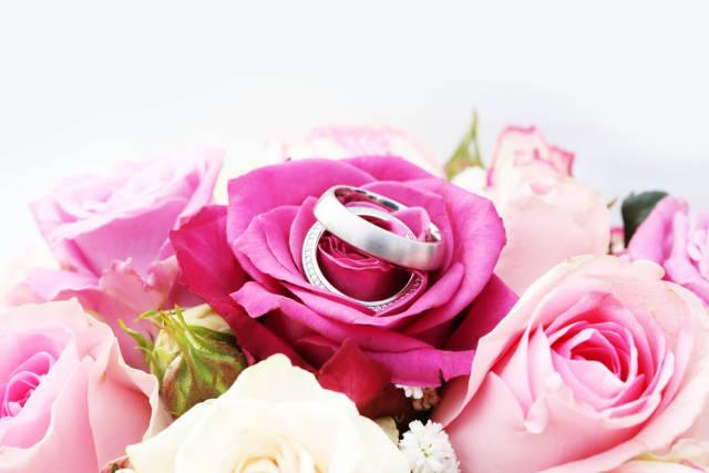 Hochzeitsblumen und Ringe