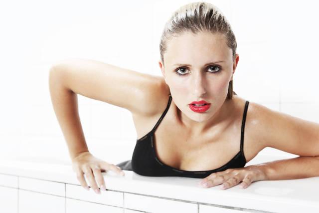 Frau steigt aus Badewanne