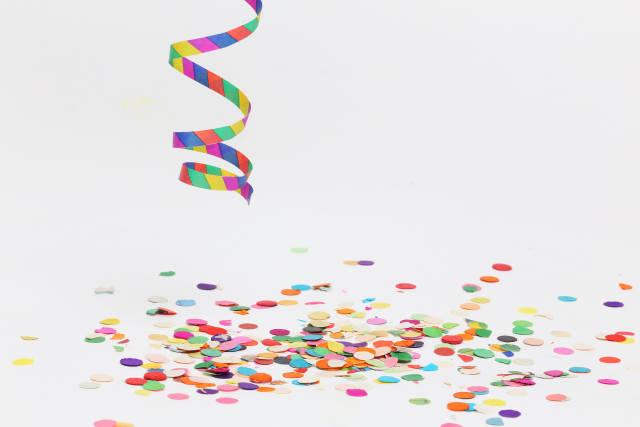 Luftschlange und Konfetti