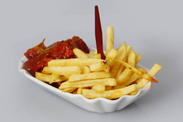 Curry-Wurst + Pommes