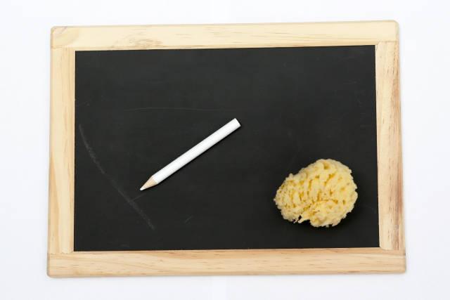 Tafel mit Griffel und Schwamm