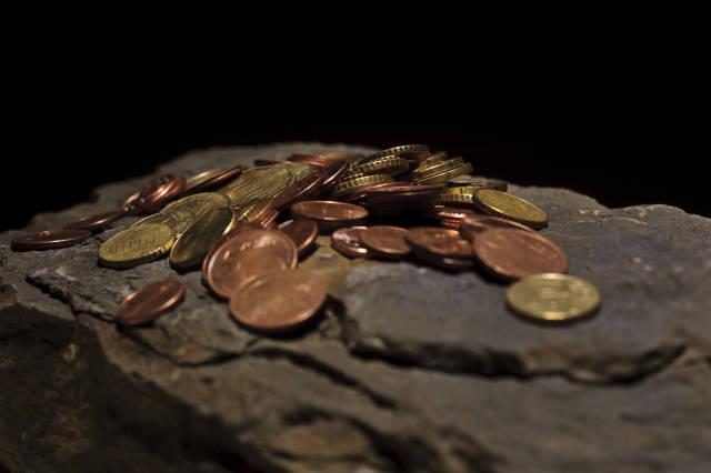 Kleingeld auf Stein
