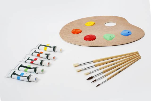 Mischpalette mit Pinsel und Farbe