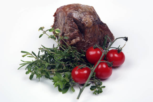 Fleisch mit Rosmarin und Tomaten