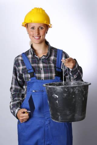 Bauarbeiter mit Eimer und Kelle