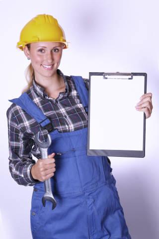 Bauarbeiter mit Maulschlüssel und Klemmbrett