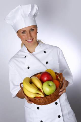 Köchin mit Obstkorb