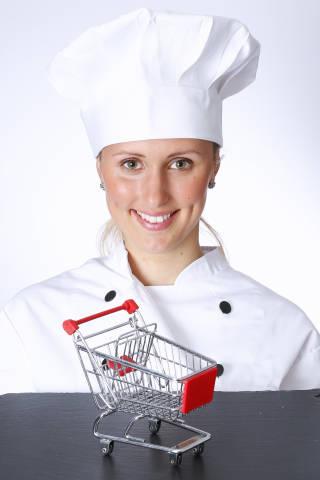 Koch mit Einkaufswagen