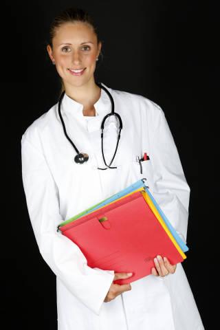 Ärztin mit Akten