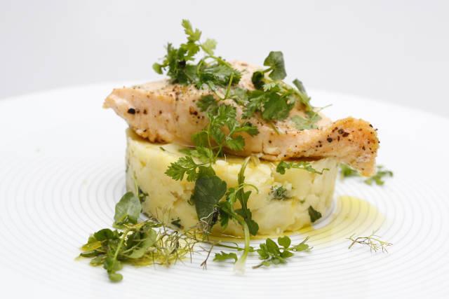 gegarter Lachs auf Kartoffel-Birnenragout