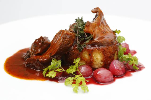 Kalbsfleisch auf Parmesanbrioche und rote Zwiebeln