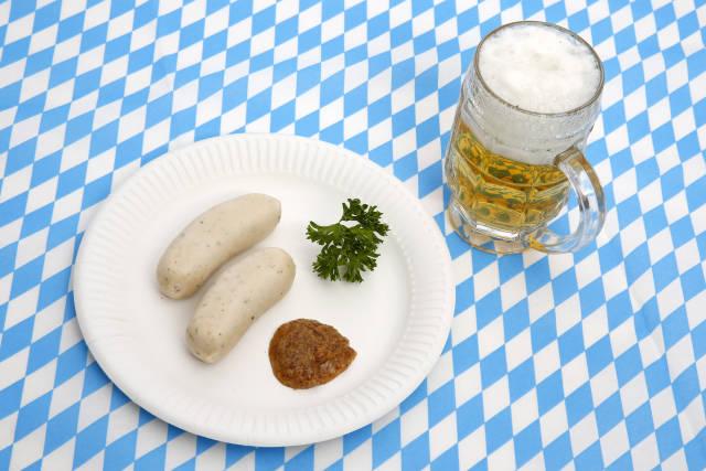 Weißwürste und Bier zum Oktoberfest