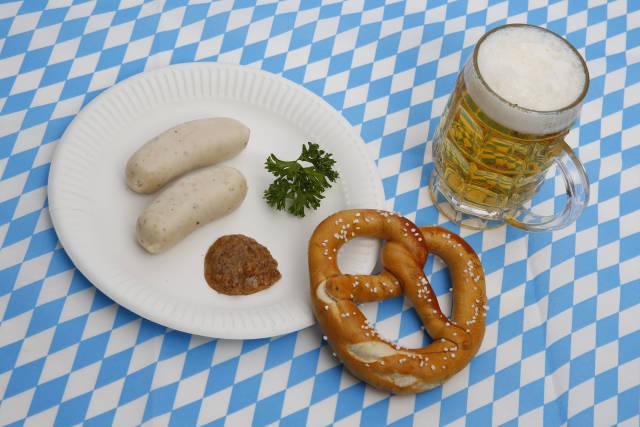 Weißwürste, Brezel und Bier zum Oktoberfest