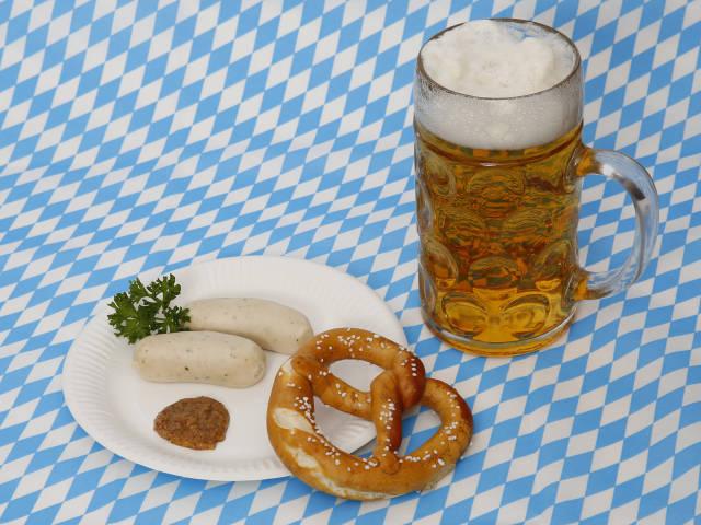Weißwürste, Bier und Brezel zum Oktoberfest