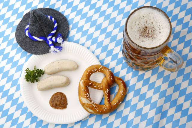 Weißwürste, Bier, Brezel und Hut zum Oktoberfest