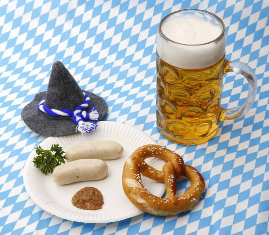 Weißwürste, Brezel, Senf und Bier zum Oktoberfest