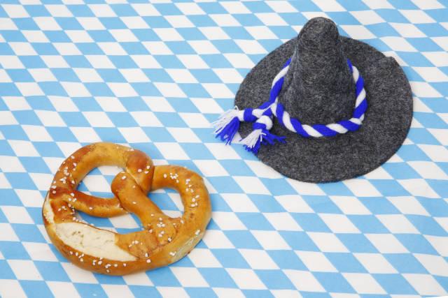 Brezel und Filzhut zum Oktoberfest