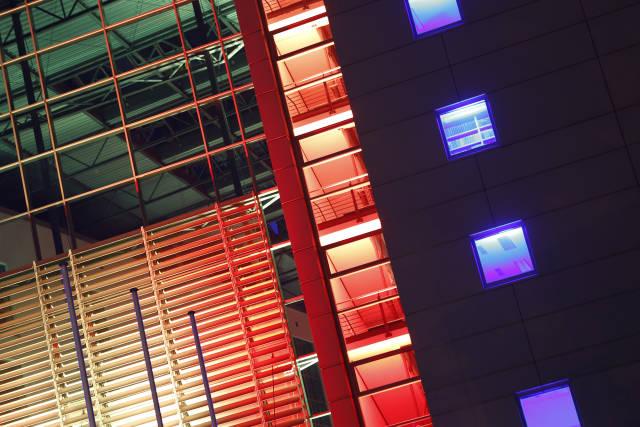 beleuchtetes Bürogebäude