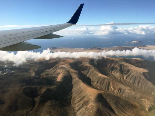 Flugzeug über Volkanlandschaft