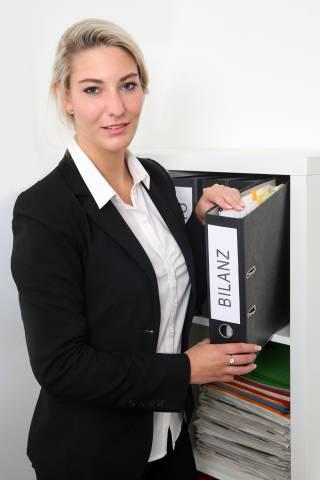 Frau mit Bilanz Ordner