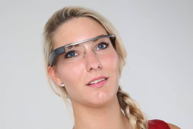 Model mit Google Glass