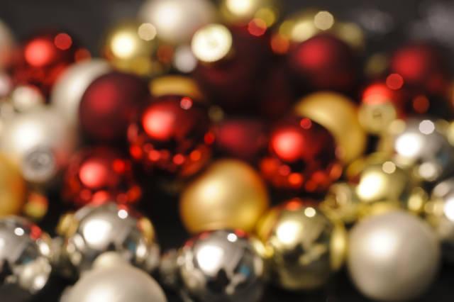 Hintergrundbild Weihnachtskugeln unscharf