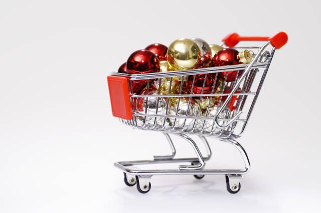 Einkaufswagen mit Weihnachtskugeln