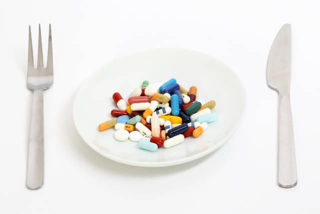 Tabletten auf Teller
