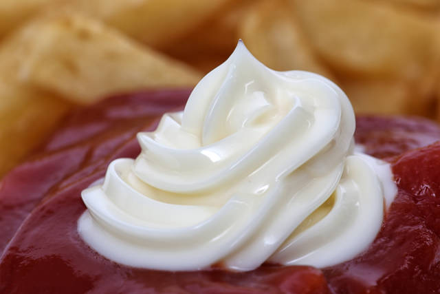 Mayonaise mit Ketchup und Pommes