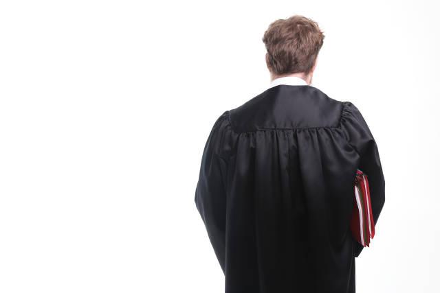 Richter mit Akten von hinten