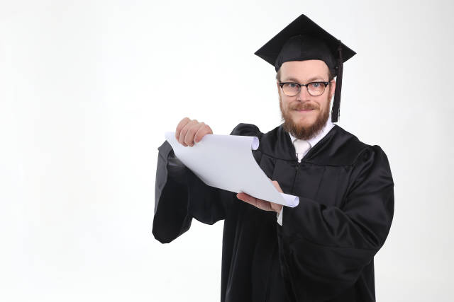 Doktor mit Pergament oder Diplom